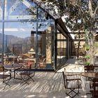 Продолжение кафетерия на улице в тени деревьев и оригинальной перголы.