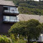 С балконов открывается вид на величественные горы и нетронутую природу.