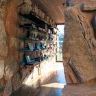 Стальные полки для книг на каменной стене лаконичны.