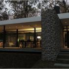 Прихожая отделена от гостинной массивной каменной стеной. (гостинная,вход,прихожая,на открытом воздухе,патио,балкон,терраса,фасад,1950-70е,архитектура,дизайн,интерьер,экстерьер)
