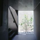 Открытое пространство в цокольном этаже. (на открытом воздухе,патио,балкон,терраса,лестница,минимализм,архитектура,дизайн,экстерьер)
