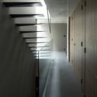 Первый этаж, лестница и коридор ведущий к родительской спальне.