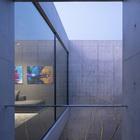 Внутренний дворик дома, вид с балкона ванны на втором этаже. (на открытом воздухе,патио,балкон,терраса,минимализм,архитектура,дизайн,экстерьер)