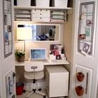 На распашных дверях офиса в стенном шкафу можно расположить массу офисных мелочей.