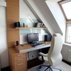 Наклонные стены офиса на чердаке создают особую атмосферу помещения.
