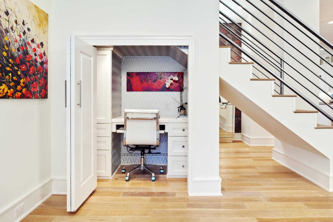 Домашний офис в кладовке под лестницей, который при необходимости можно закрыть.