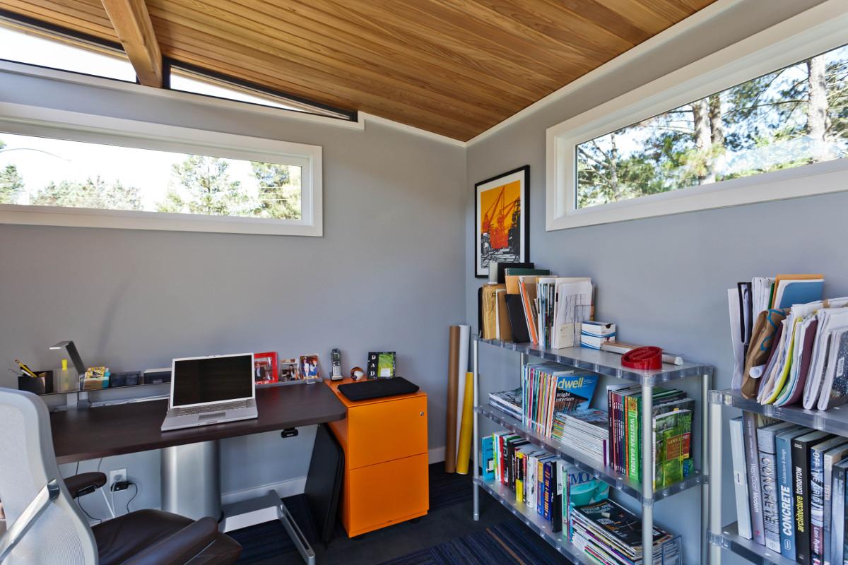Домашний офис в сарае около дома предоставляет не меньшие возможности для организации рабочего места чем любое другое помещение в доме.