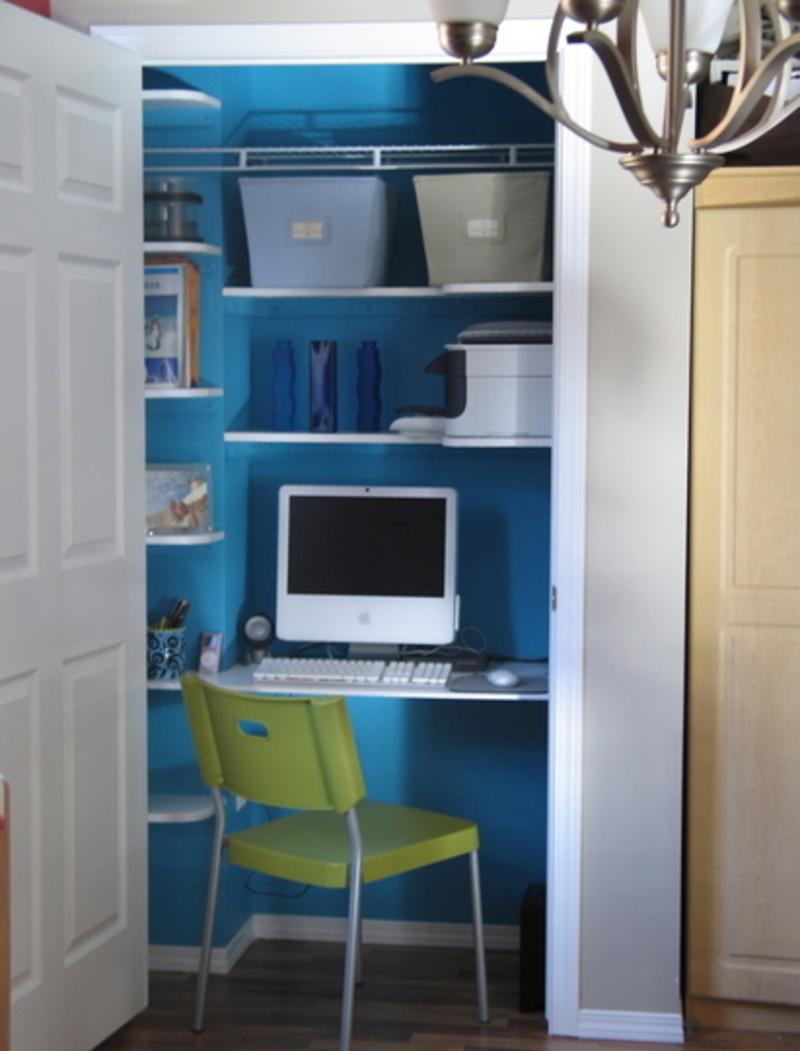 Домашний офис в стенном шкафу почти как отдельная комната.