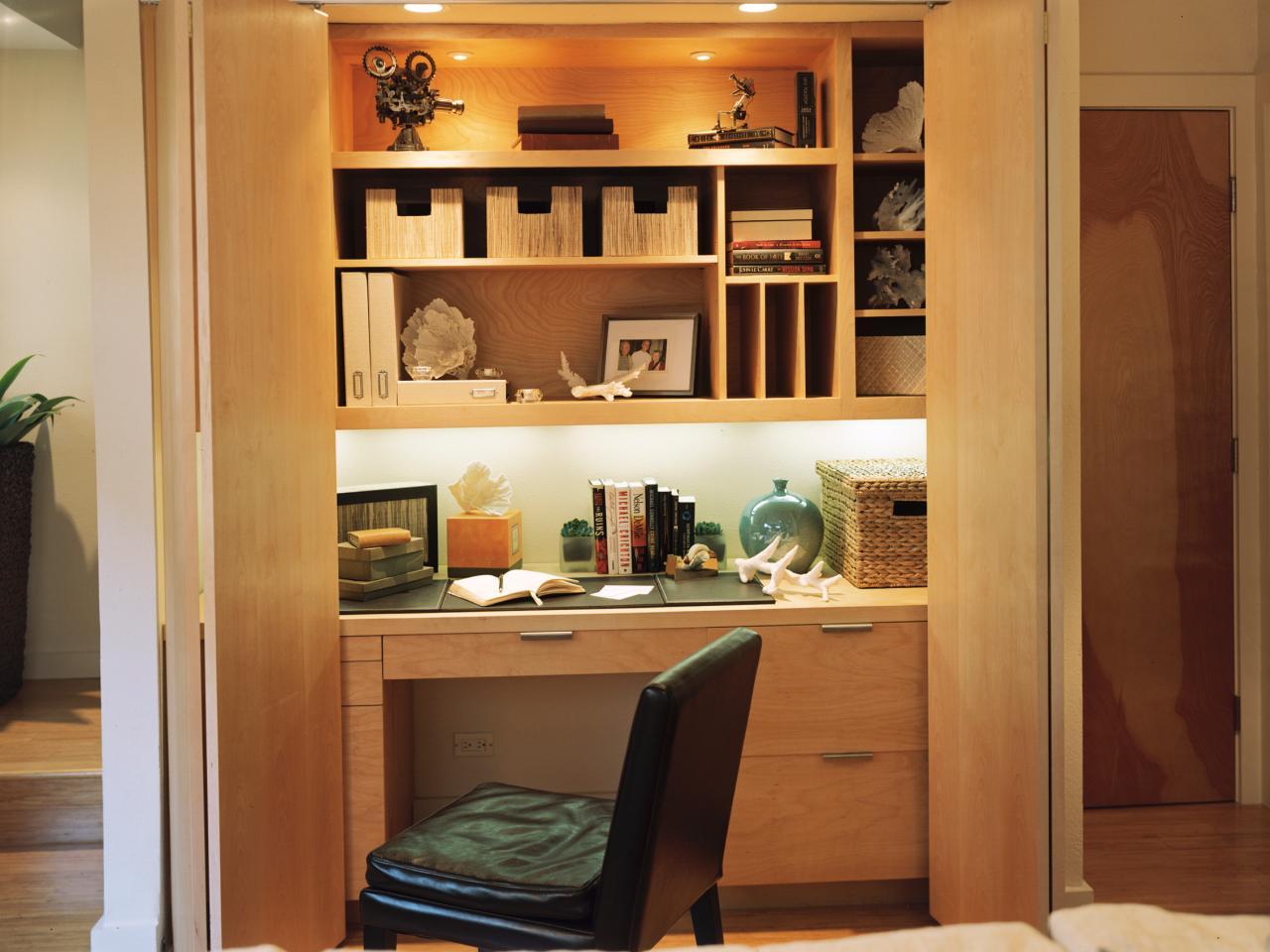 Кабинет в холле у входа закрывается как шкаф дверью гармошкой