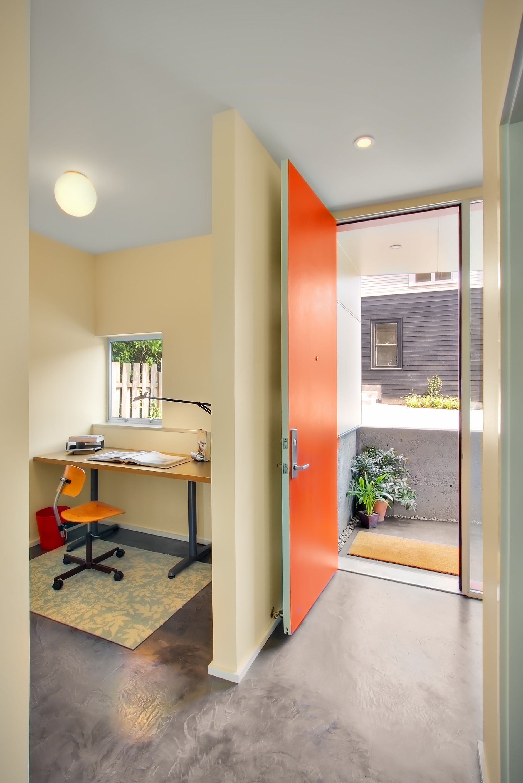 Микро кабинет рядом с входом в дом.