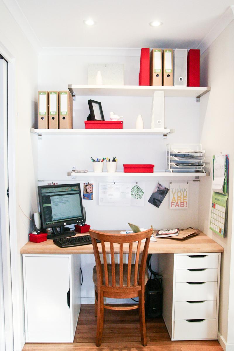 Небольшая ниша в коридоре может стать полноценным домашним офисом.