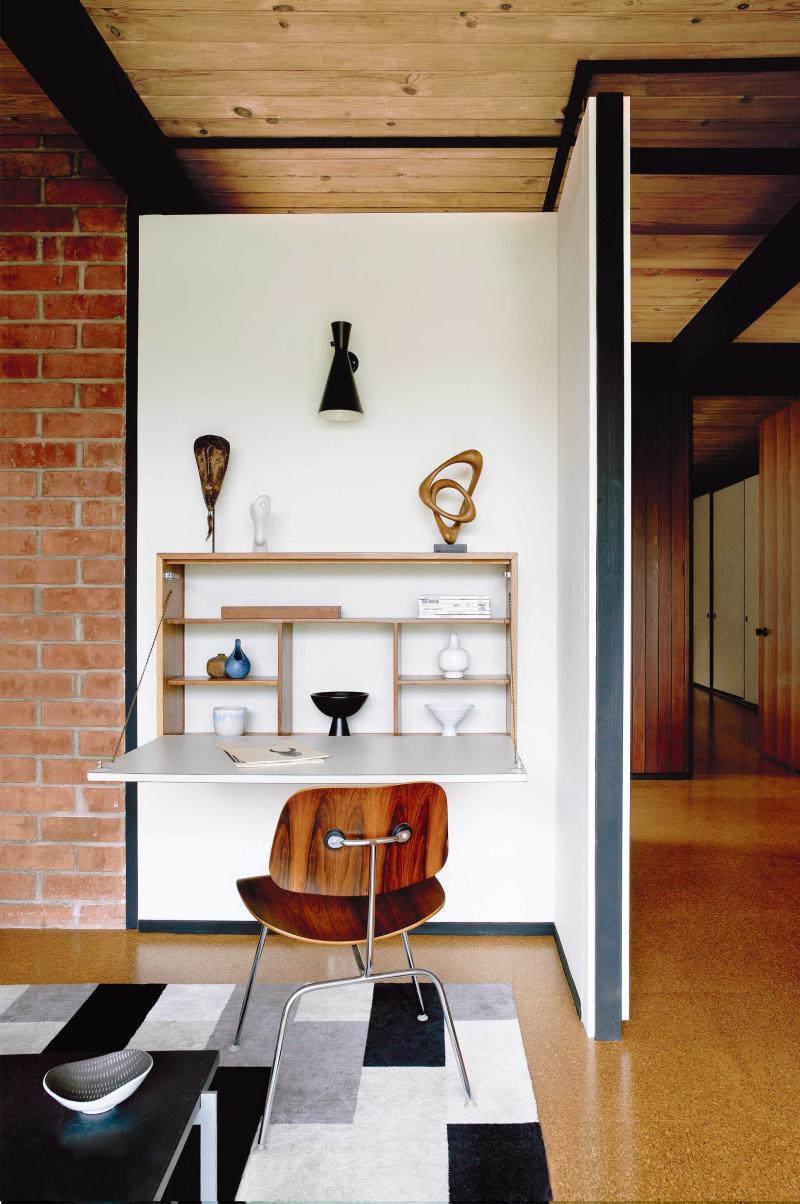 Откидной столик в жилой комнате может служить удобным домашним офисом