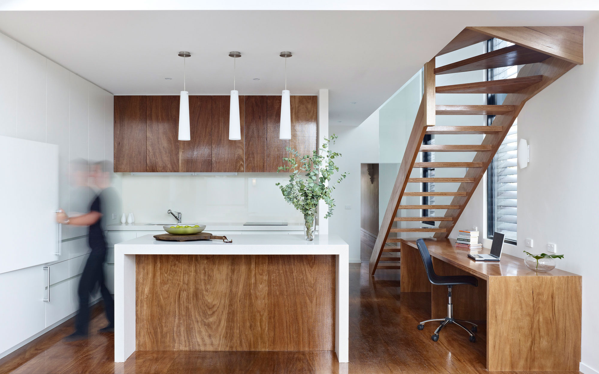 Рабочее место на кухне под лестницей.
