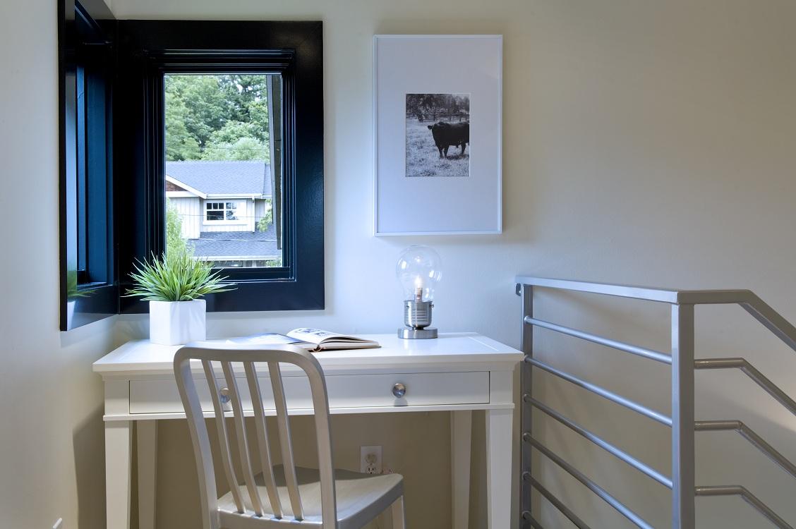Свободное место на верхней площадке лестницы может быть с успехом использовано под рабочее место