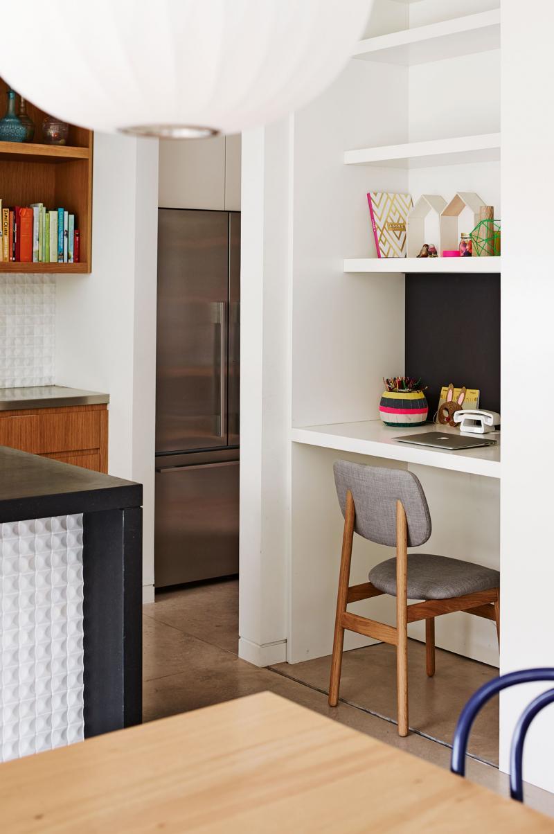 В кухонную мебель можно встроить стол и полки домашнего офиса.