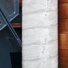 Несущий бетонный столб - основа конструкции дома.