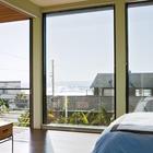 В спальне большие окна от пола до потолка открывают вид на океан. (пляжный,индустриальный,лофт,винтаж,стиль лофт,индустриальный стиль,современный,архитектура,дизайн,экстерьер,интерьер,дизайн интерьера,мебель,спальня,дизайн спальни,интерьер спальни)