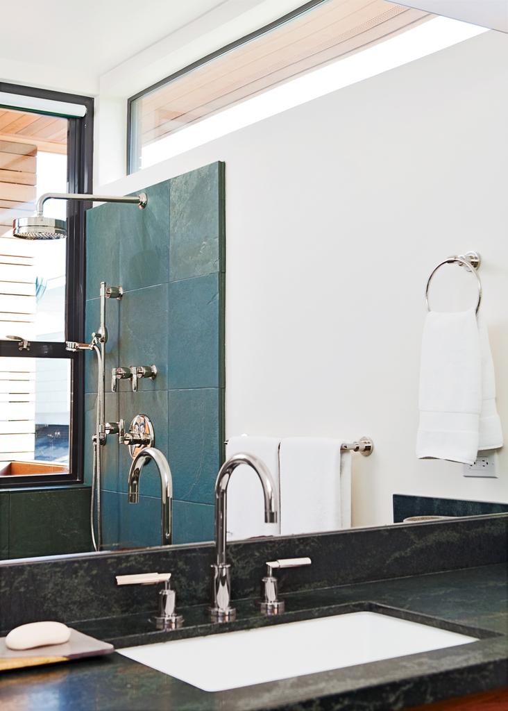 Даже из ванной комнаты открывается вид на океан через узкое окно.