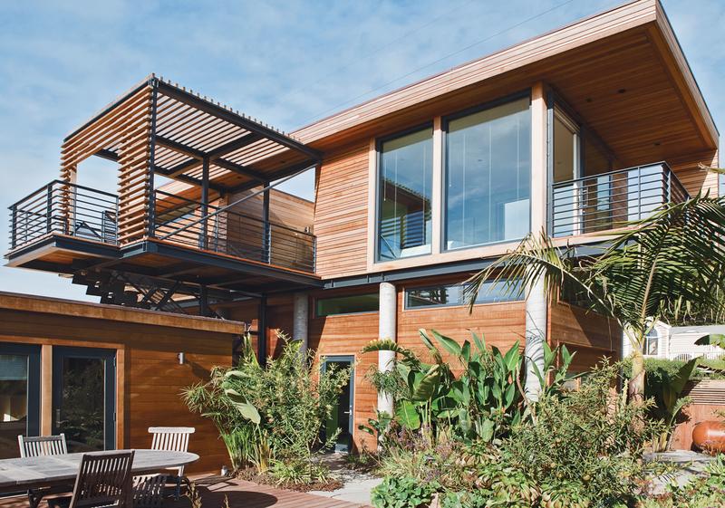 Уютный дворик дополняет жилое пространство второго этажа.