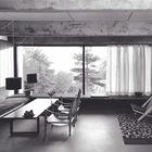 Гостиная. Бетонные балки позволяют создавать большие светлые комнаты с большими окнами.