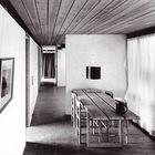 Столовая с оригинальным столом со столешницей из трех отдельных досок.