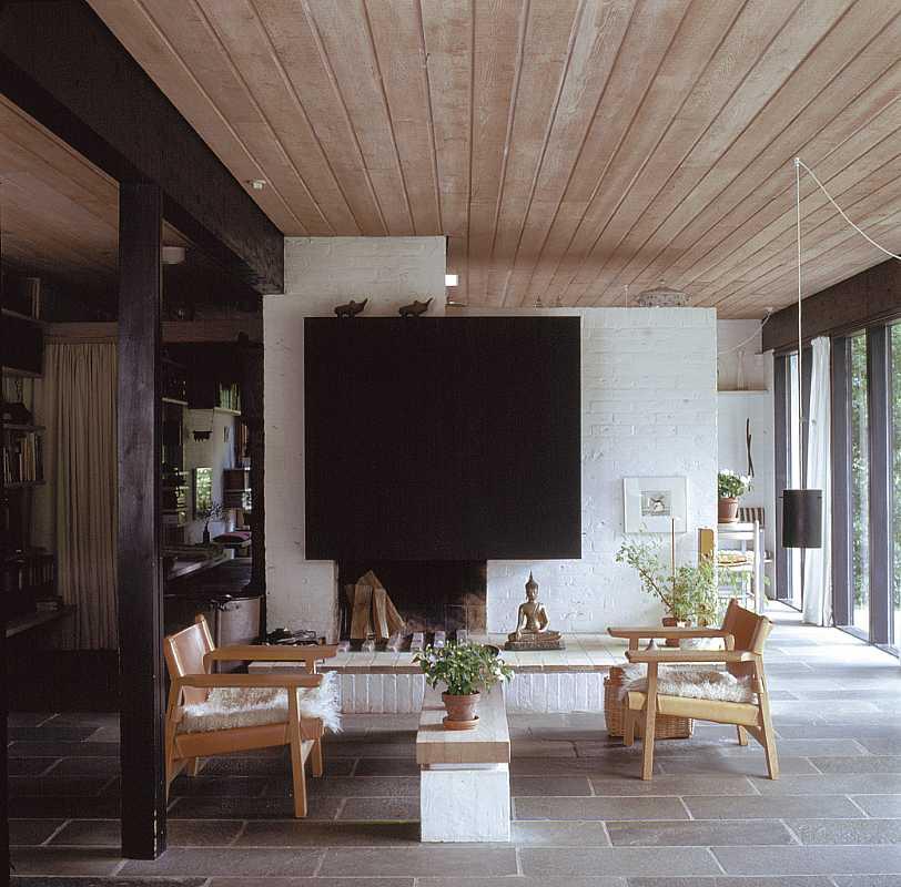 Элегантный камин в гостиной за которым расположена столовая