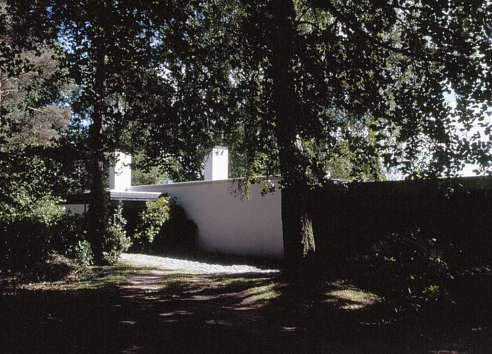Северный фасад дома - скромный и элегантный