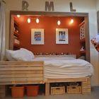 Детская спальня рационально использующая место с кроватью в нише и местом для хранения под кроватью.