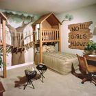 Детская вдохновленная домиком на дереве с деревянной мебелью и разрисованными стенами.