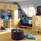 Подростковая детская комната на мансарде с доминирующим бежевым.