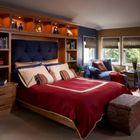Традиционная детская спальня с красными и синими акцентами.