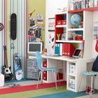 Яркая и динамичная детская для подростка с большим количеством мест для хранения.