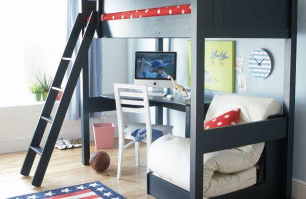 Детская двухъярусная кровать с офисом на нижнем уровне.