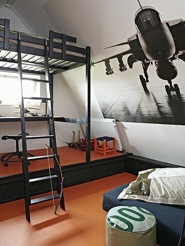 Детская на мансарде с фотографией самолета на стене и оригинально использованной двухъярусной кроватью у окна.