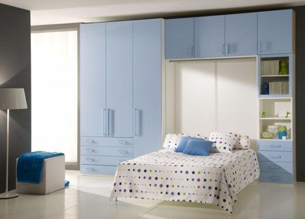 Очень простой и спокойный интерьер детской спальни с функциональной системой хранения у стены.
