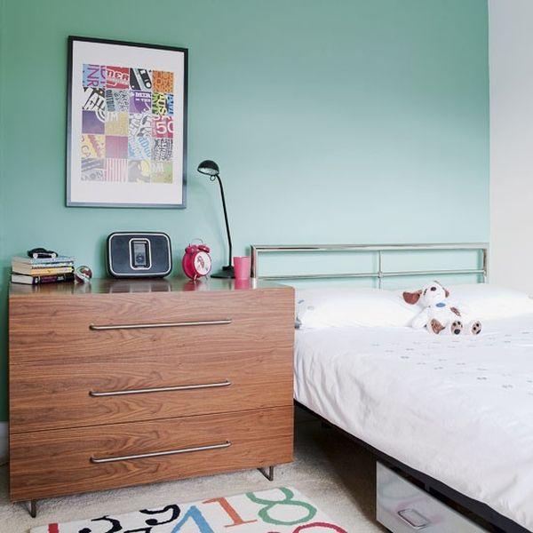Простая детская спальня с интерьером в стиле 60-х.