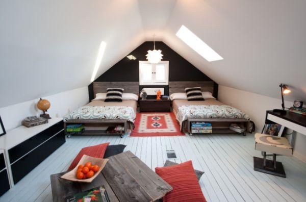 Просторная детская для двух подростков на чердаке с современным интерьером с элементами стиля лофт.