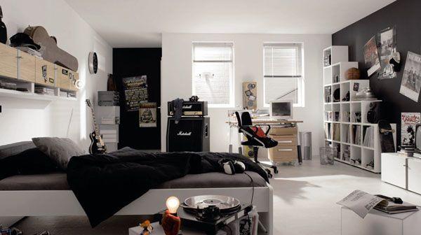 Просторная детская в черно-белых тонах. Видно что ребенок увлечен музыкой и в комнате царит некоторый творческий беспорядок.