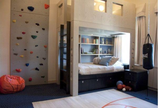 Современная спальня спортивного подростка со стеной для скалолазания и боксерской грушей.