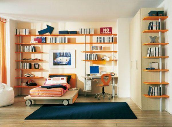 Воздушная и солнечная детская комната с открытыми полочками. Открытые полочки визуально не отнимают пространство комнаты.