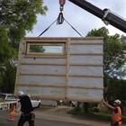 Сборка дома из готовых панелей на строительной площадке