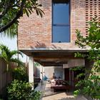 Главный вход в дом ведет в открытую гостинную.