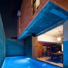 В вечернее время бассейн подсвечивается.
