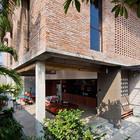 Часть дома на сваях визуально увеличивает пространство и открывает его в сад. (столовая,гостинная,вход,прихожая,фасад,на открытом воздухе,патио,балкон,терраса,тропики,архитектура,дизайн,интерьер,экстерьер,мебель)