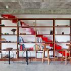 Лестница на мансарду проходит за книжным шкафом. (лестница,жилая комната,тропики,мебель,архитектура,дизайн,интерьер,экстерьер)