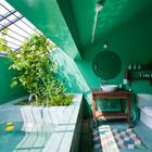 Ванна на мансардном этаже имеет окно с решеткой пропускающей свет и воздух.