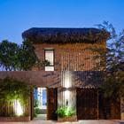 Применение традиционных материалов не мешает дому выглядеть современно.