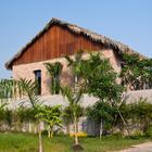 Дом хорошо гармонирует с окружающим ландшафтом.