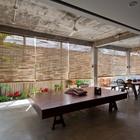 Гостинная и столовая фактически находятся на открытом воздухе. (столовая,гостинная,на открытом воздухе,патио,балкон,терраса,тропики,мебель,архитектура,дизайн,интерьер,экстерьер)