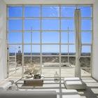 Больше окно во всю стену открывает вид на океан из гостинной. (на открытом воздухе,патио,балкон,терраса,гостинная,жилая комната,индустриальный,лофт,винтаж,маленький дом,архитектура,дизайн,интерьер,экстерьер,мебель)
